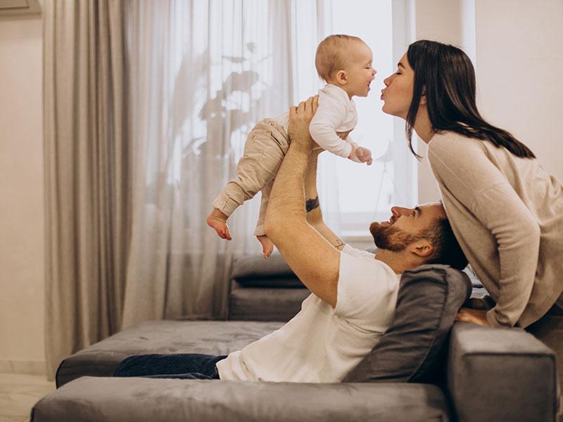 srećna porodica sa bebom od koje su uzete matične ćelije