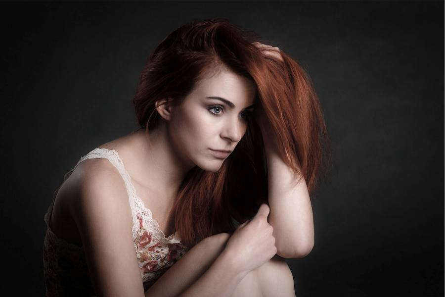 Postporođajna depresija - žena se drži za glavu