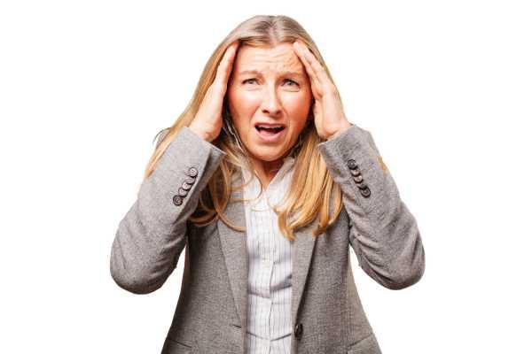 Nő fogja a fejét a menopauza okozta szimptómák véget