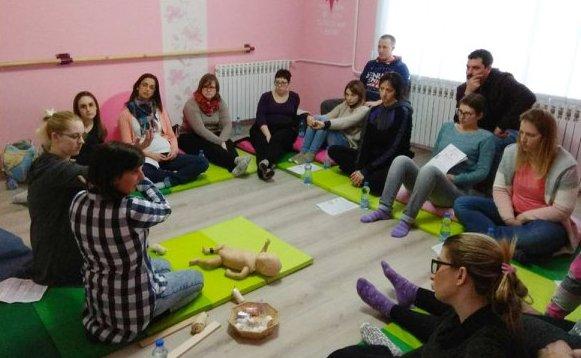 Teodora Telek predaje prvu pomoc za bebe u Anahitasu