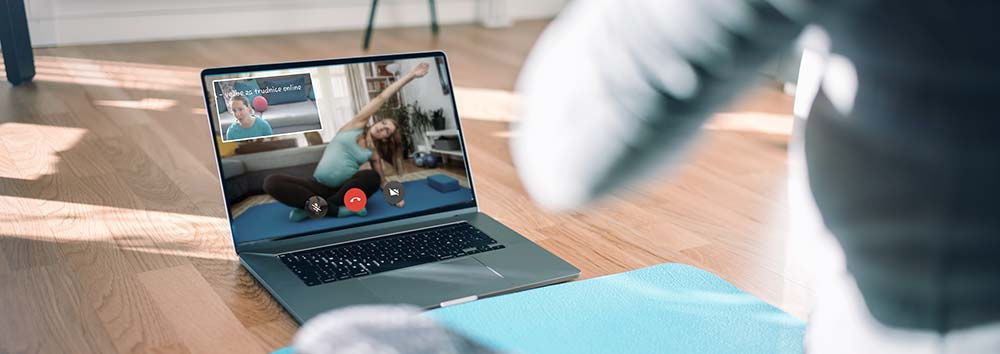 trudnica i Kunji farkas Klaudija vezbaju preko laptopa online se spremaju za porodjaj uzivo