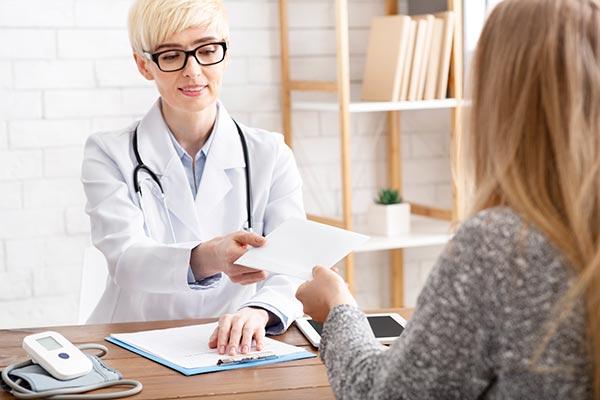 ginekolog predaje dokumente mami za deciji dodatak