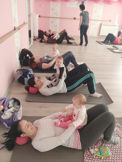 bebe u krilu dok mame rade trbusnjake na beba mama vezbama u Anahitasu