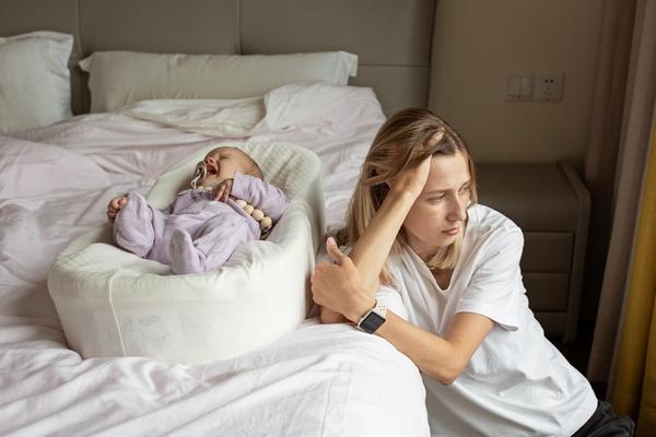depresivna majka pored bebe